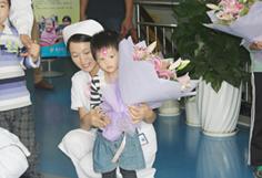 妈妈患脑积水,姐妹花患治疗障碍,治疗后孩子露出了久违的灿烂微笑